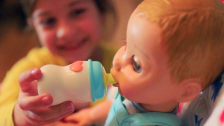 好厉害呀!超萌小萝莉居然学会了照顾萌宝,是谁教的呢?