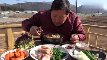 妈妈和爸爸外出,韩国大叔独自吃猪肉汤饭,太享受了