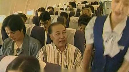 男子为老不尊竟戏弄空姐,谁知身边小伙坐不住了,这下有好戏看了