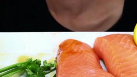 國外女吃貨,吃大塊的三文魚生魚片,看看這吃相,太過癮了
