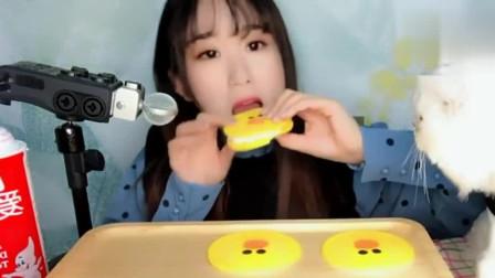小姐姐吃播:小萝莉吃喷射奶小黄鸭夹心汉堡,咬一口舔一下奶油,小猫都馋了