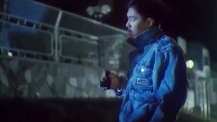 小伙拿着手枪乱逛,意外发现两个小偷,没想到机智的制服了两小偷