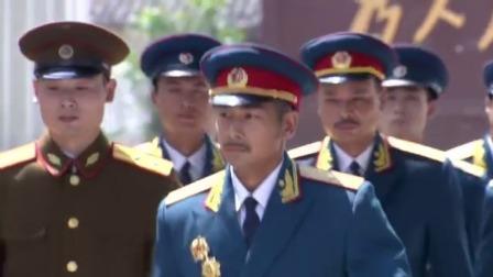 老头进军区总部被士兵拦住,谁料军区司令带着一群将军出来就敬礼