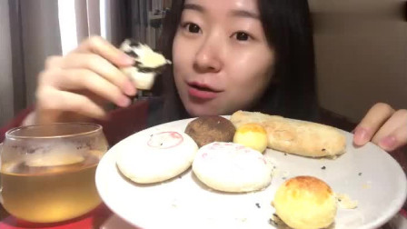 小姐姐测试稻香村糕点,这满桌不同口味的糕点,快看看哪个最好吃