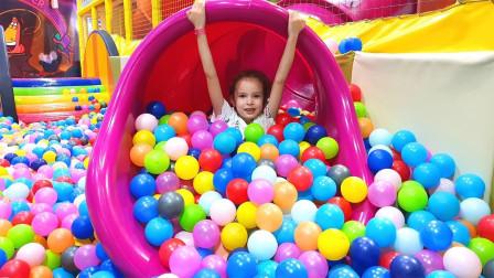 好棒呀!小萝莉来到了海洋球乐园,除了滑滑梯还玩了什么呢?