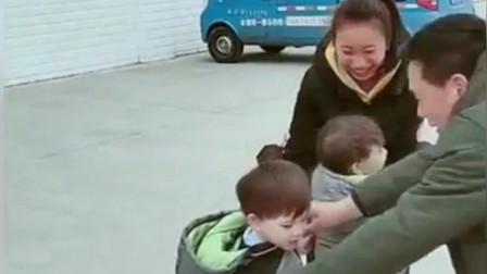 混血雙胞胎一回到國內,舅舅和舅媽疼愛不得了,真不愧是親外甥