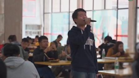 这是有多大的勇气,才敢在学校食堂唱歌!这嗓音真的绝了!网友:隐藏的歌神啊!