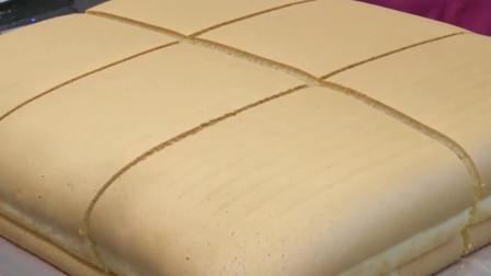 国外牛人切戚风蛋糕,每刀尺寸都刚刚好,看着就想上去来一口!