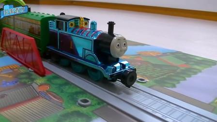 小火车益智轨道地图玩具 托马斯运输小球经过隧道