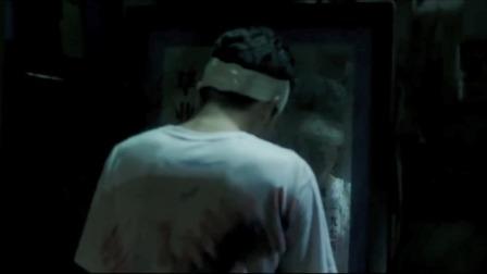 男生半夜对着镜子削苹果,不料在镜子里看见未来的另一半,太可怕