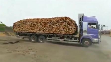 卡车司机,利用惯性卸货,倒车一个急刹车,木材都卸下来了!