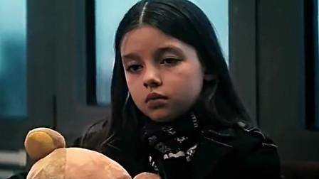 里奇想要割腕自杀,接到了妹妹的电话,让照看小萝莉,小萝莉的出现拯救了里奇。