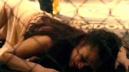 美女被关进八角笼,实力不济遭对手虐打!真是我见犹怜,经典动作片