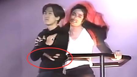 MJ演唱会上最惊险的一刻!疯狂的粉丝冲上升降机,MJ急忙抱住!