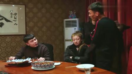 亿万富豪去饭店吃饭,偶遇老同学遭嘲讽,结局真是太解气了!