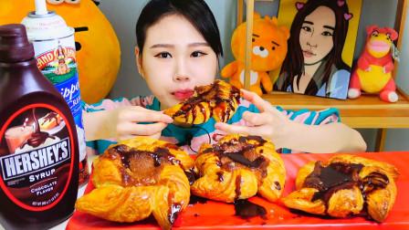 """韩国欧尼吃""""烤面包"""",淋上巧克力糖浆,喷上鲜奶油,吃得真过瘾"""