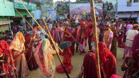"""印度举办""""棒打男人节"""",女人打男人出气,男人只能穿厚衣服抵御!"""