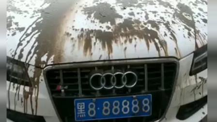 大哥开着奥迪来洗车,但我总感觉有点怪怪的,你们看出来了吗?