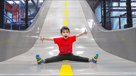 太好玩了!小正太张开手臂从滑滑梯滑下来,这是去哪玩呢?