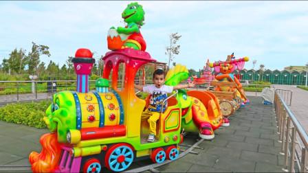 越看越有趣!小正太来到了游乐场,他开着小火车要去哪里呢?