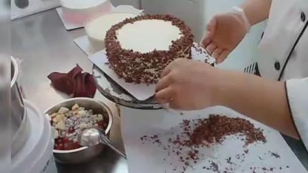 小哥哥做生日蛋糕,很是精致,特别好看