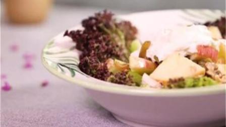 脱去乳清的酸奶能做成非常健康的沙拉酱,怎么吃也不会胖,家庭也可制作