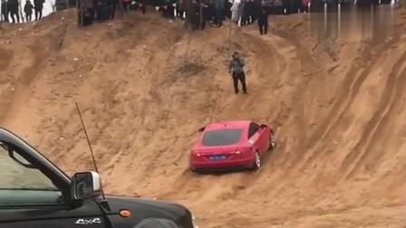 富二代开来一辆奥迪TT,想一脚油门冲上这坡,围观的人笑了