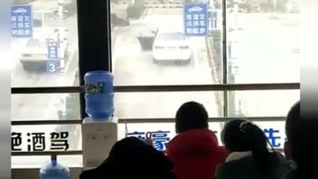 排队等考科目二,无意间看到这一幕,网友:车门都不关还想过!