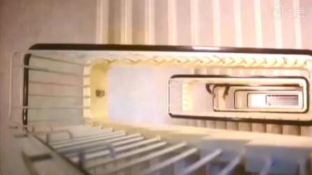 女子半夜坐电梯撞邪, 差点被吊
