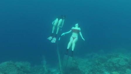 这2个闺蜜来深海潜水,展现自由潜技巧,身材一个比一个棒,快来感受下!