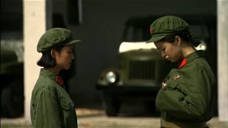 女兵跑步训练,男兵在一旁看,班长秒懂,直接问女兵:你有胸罩吗
