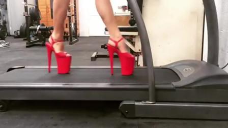 穿超高跟凉鞋玩跑步机是什么体验?估计是作屎的节咒吧