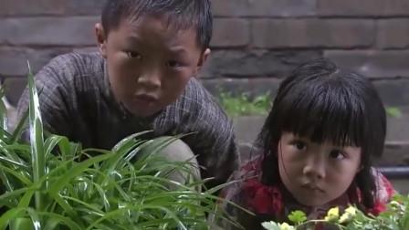 人贩子正在拐卖小孩,不料却被两个小娃娃跟踪了,小娃娃真机智!