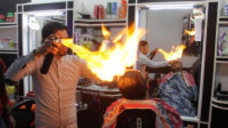 """印度理发师用""""火""""剪发,直接在顾客头上点火,冒着生命危险理发!"""