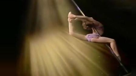 达人秀上10岁小萝莉的惊艳钢管舞,就像是落入人