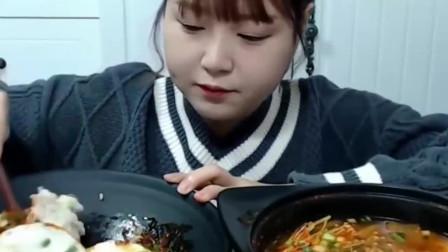 韩国可爱美女挑战蟹肉大酱汤,一碗根本不够吃
