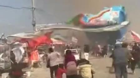 河南一景区突遭龙卷风袭击 刮跑充气蹦床 18名儿童受伤