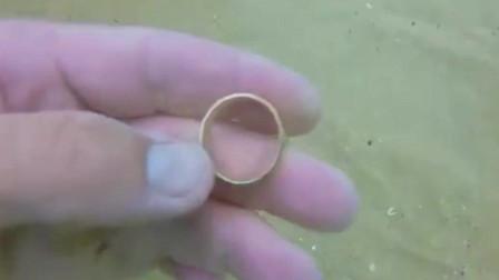 男子潜到水下探宝,意外发现一枚金戒指,这下发大财了!是谁的,来认领吧。