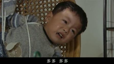 保姆把萌娃绑在椅子上出门了,亲爸听到儿子哭,急得一脚踹开了门