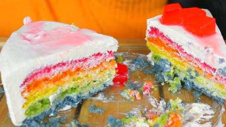 美食分享,小姐姐吃彩虹蛋糕和椰子果冻饮料,细嚼慢咽吃得美滋滋