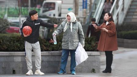 当捡瓶子的老人街头遭欺辱,最后多亏了这些路人!