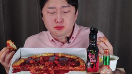 新菜单比萨 配着火鸡面酱料,韩国小哥哥辣到崩溃,赶紧喝口可乐压压