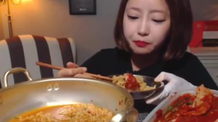 韩国欧尼吃泡面配泡菜,简直人生一大享受!