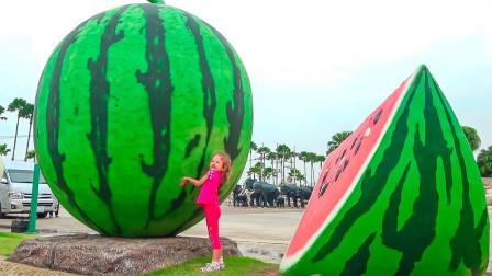 太神奇了!为何有这么大的西瓜?超萌小萝莉能把它抬起来吗?