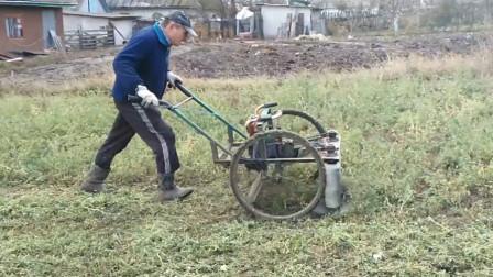 农村大叔发明这割草机器,一台能低8个人,一天收割10亩草场