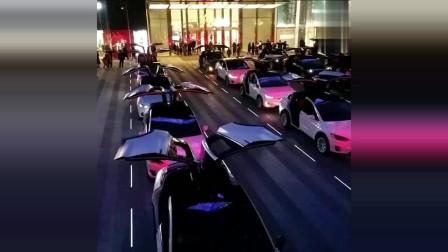 特斯拉ModelX鹰翼车门,20多辆汽车同时开合,场面霸气十足!