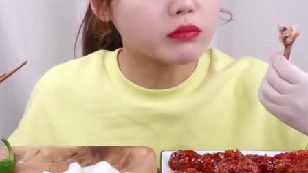 韩国美女吃辣鸡腿配甜萝卜,大口大口塞,超满足!