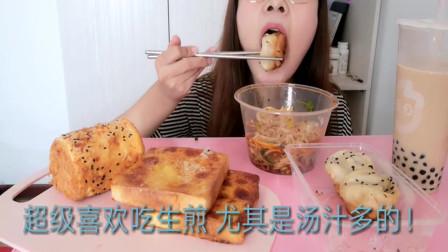 吃播小姐姐,吃肉松面包+重庆小面,吃这么急,不怕噎着吗