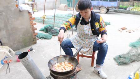 农村小伙买了两块豆腐在家做麻婆豆腐,煮了满满一锅,撑的走不动