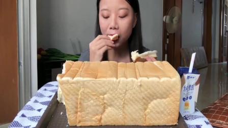 吃播小姐姐:一人独食一整条吐司面包,配上酸奶,真是太过瘾!